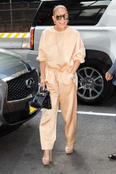 Jennifer Lopez arriving at an office building in NYC 7/31/18 v6qrv1w2i2.jpg