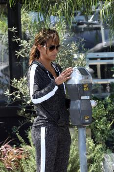 Halle-Berry-out-in-West-Hollywood-8%2F2%2F18-46qs9xgy6n.jpg