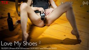 thelifeerotic-18-07-06-raisa-love-my-shoes-2.jpg